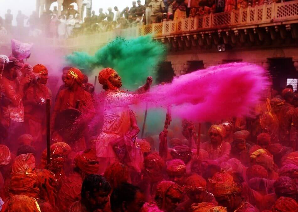Throwing colour on the crowd