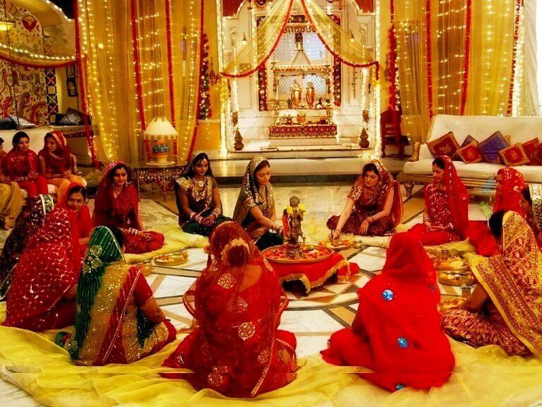 धनतेरस पर पूजा करती महिलाएं